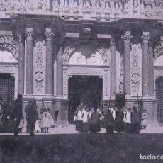 Fotografía antigua: MONTSERRAT. NIÑOS DEL CORO EN PROCESIÓN. ATRIO DEL MONASTERIO. C.1905. Lote 210418895