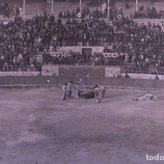 Fotografía antigua: BARCELONA. LAS ARENAS. CABALLO MUERTO Y TORO CON LOS TOREROS REMATANDO. C. 1905. Lote 210419743