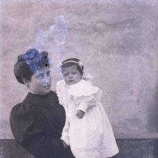 Fotografía antigua: SEÑORA Y BEBÉ. FOTOGRAFÍA FAMILIAR. C. 1905. Lote 210420228