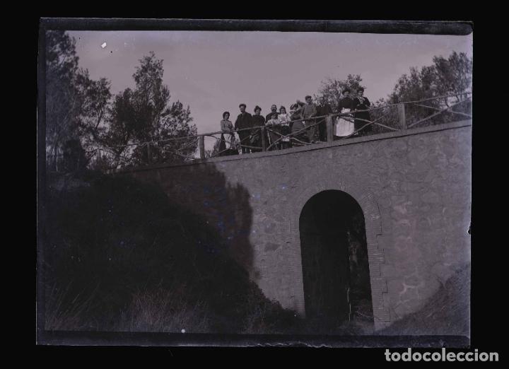 BARCELONA. PUENTE Y FAMILIA. FOTOGRAFÍA FAMILIAR.C.1905 (Fotografía Antigua - Gelatinobromuro)