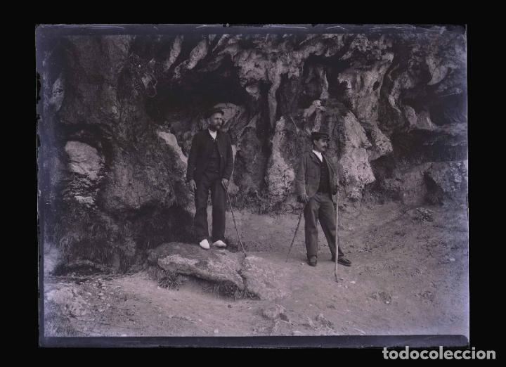Fotografía antigua: CUEVA. Dos señores. Excursionismo. Montserrat?Cataluña. c. 1905 - Foto 2 - 210456786