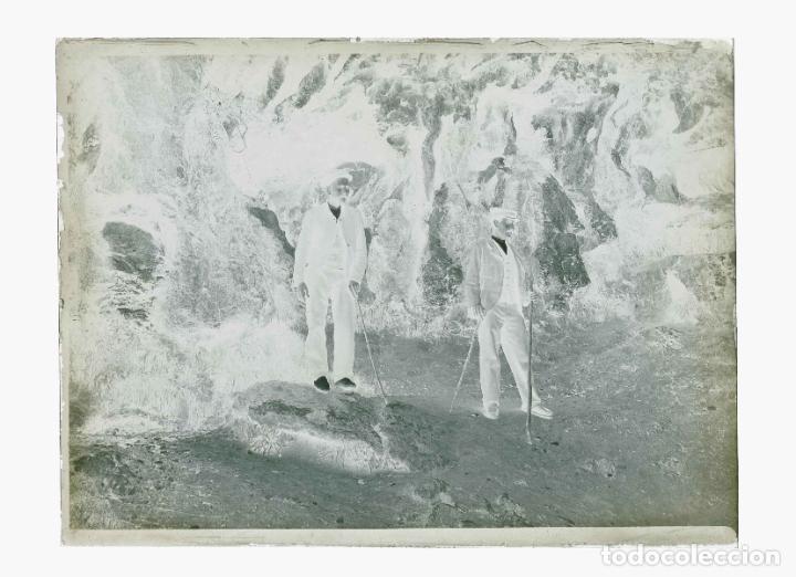 Fotografía antigua: CUEVA. Dos señores. Excursionismo. Montserrat?Cataluña. c. 1905 - Foto 3 - 210456786