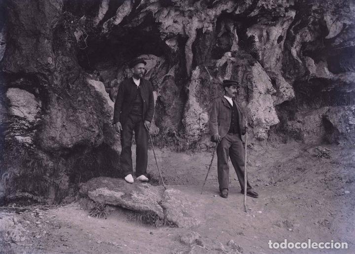 CUEVA. DOS SEÑORES. EXCURSIONISMO. MONTSERRAT?CATALUÑA. C. 1905 (Fotografía Antigua - Gelatinobromuro)