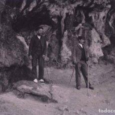 Fotografía antigua: CUEVA. DOS SEÑORES. EXCURSIONISMO. MONTSERRAT?CATALUÑA. C. 1905. Lote 210456786