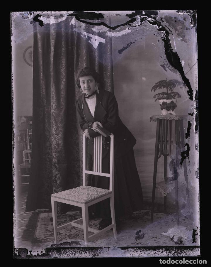 Fotografía antigua: SEÑORITA en galeria fotográfica. Barcelona. c. 1095 - Foto 2 - 210456955