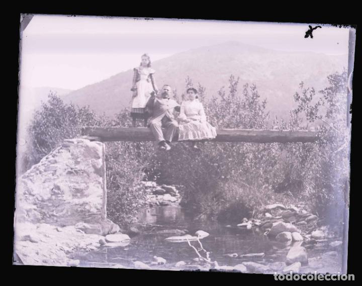 Fotografía antigua: PIRINEOS. Señor, señora y niña. Puente de madera. Fotografía familiar. Río. c. 1905 - Foto 2 - 210457097