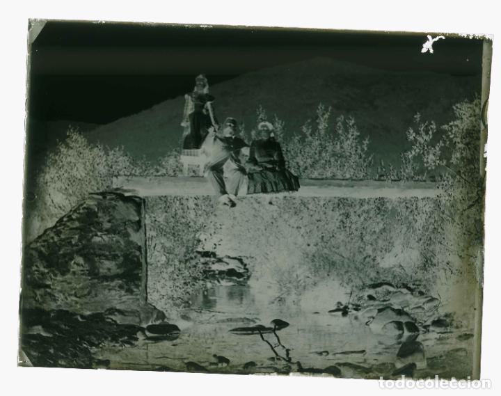 Fotografía antigua: PIRINEOS. Señor, señora y niña. Puente de madera. Fotografía familiar. Río. c. 1905 - Foto 3 - 210457097