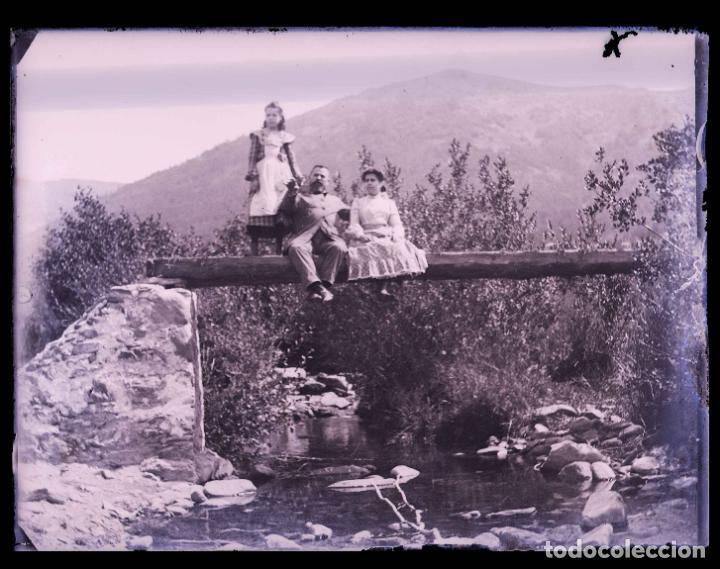PIRINEOS. SEÑOR, SEÑORA Y NIÑA. PUENTE DE MADERA. FOTOGRAFÍA FAMILIAR. RÍO. C. 1905 (Fotografía Antigua - Gelatinobromuro)