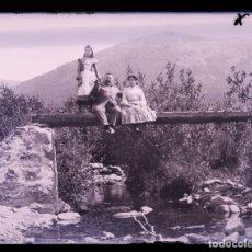 Fotografía antigua: PIRINEOS. SEÑOR, SEÑORA Y NIÑA. PUENTE DE MADERA. FOTOGRAFÍA FAMILIAR. RÍO. C. 1905. Lote 210457097