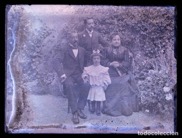 FOTO DE JARDIN. FAMILIA EN EL JARDIN. FOTO FAMILIAR. C. 1905 (Fotografía Antigua - Gelatinobromuro)
