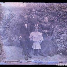 Fotografía antigua: FOTO DE JARDIN. FAMILIA EN EL JARDIN. FOTO FAMILIAR. C. 1905. Lote 210457371