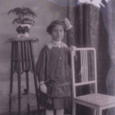 Fotografía antigua: NIÑA. PRECIOSA FOTO DE NIÑA DE ESTUDIO. BARCELONA. C. 1905. Lote 210457611