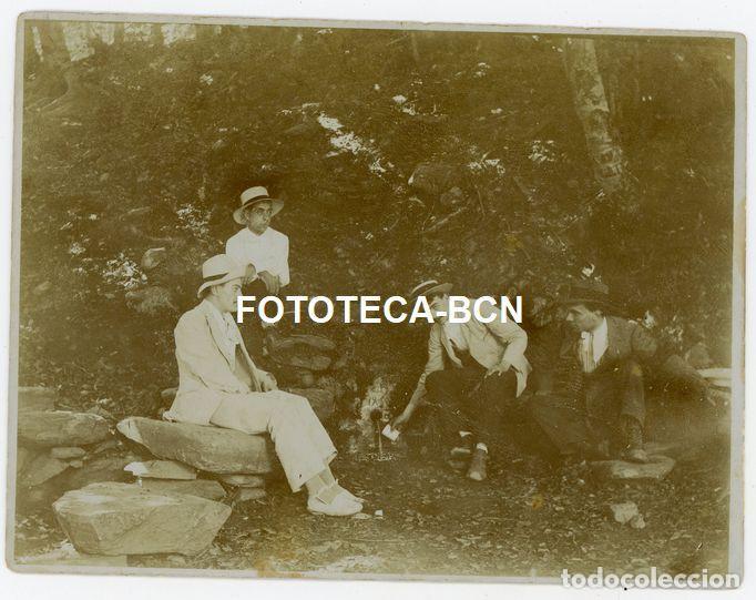 FOTO ORIGINAL SEÑORES BEBIENDO DE FUENTE CON INSCRIPCION DE AÑO 1909 POSIBLMENTE CATALUNYA AÑOS 20 (Fotografía Antigua - Gelatinobromuro)