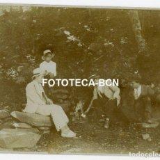 Fotografía antigua: FOTO ORIGINAL SEÑORES BEBIENDO DE FUENTE CON INSCRIPCION DE AÑO 1909 POSIBLMENTE CATALUNYA AÑOS 20. Lote 211664948