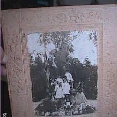Fotografía antigua: FOTOGRAFIA GRUPO DE NIÑOS JUNTO MONUMENTO AL PASTOR. GALICIA. HACIA 1920.. Lote 211806425