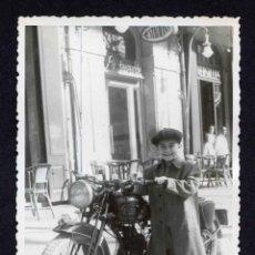Fotografía antigua: NIÑO Y MOTOCICLETA. RESTAURANT VERSALLES. TARRAGONA. F. VALLVÉ. 1949. Lote 212011763