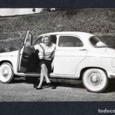 Fotografía antigua: AUTOMOVILISMO. SEÑORA Y COCHA BLANCO. C.1950. Lote 212011981