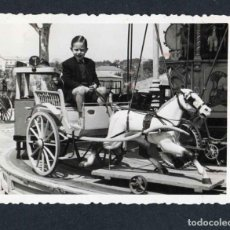 Fotografía antigua: FERIA DE ATRACCIONES. TARRAGONA. F: VALLVÉ. SIMPÁTICA FOTO DE NIÑO. 1948. Lote 212012231