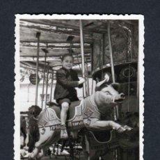 Fotografía antigua: FERIA DE ATRACCIONES. TARRAGONA. F: VALLVÉ. SIMPÁTICA FOTO DE NIÑO-2. 1948. Lote 212012661