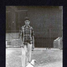 Fotografía antigua: CHICO Y PERRO. TARRAGONA. 1955. Lote 212012882