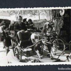 Fotografía antigua: FERIA DE ATRACCIONES. TARRAGONA. F: VALLVÉ. SIMPÁTICA FOTO DE NIÑO-5. 1948. Lote 212016771