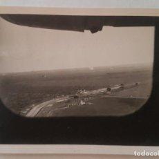 Fotografía antigua: AEROPUERTO MADRID BARAJAS DESDE VENTANILLA AVION FOTOGRAFÍA AÑOS 50. Lote 212246415