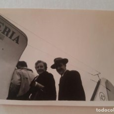 Fotografía antigua: EMBARCANDO AVION IBERIA AEROPUERTO MADRID BARAJAS FOTOGRAFÍA AÑOS 50. Lote 212246523