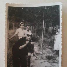Fotografía antigua: MERIENDA CON MARINOS DE LA ARMADA VIGO PONTEVEDRA FOTOGRAFIA 1939. Lote 212255465