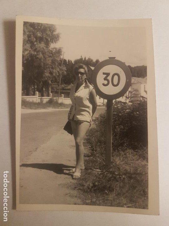 RETRATO MUJER EN CARRETERA FOTOGRAFIA AÑOS 50 (Fotografía Antigua - Gelatinobromuro)