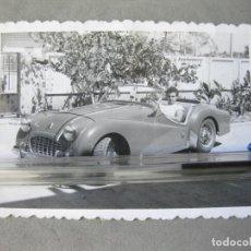 Fotografía antigua: FOTOGRAFÍA DE UN AUTOMOVIL DEPORTIVO. Lote 212997307