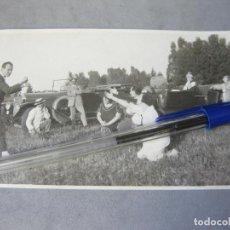 Fotografía antigua: FOTOGRAFÍA TAMAÑO POSTAL DE UN AUTOMOVIL ANTIGUO. Lote 212997455