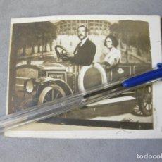 Fotografía antigua: FOTOGRAFÍA DE FERIA DE UN AUTOMOVIL ANTIGUO. Lote 212998507