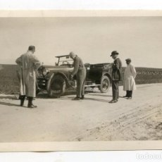 Fotografía antigua: REPARANDO UN PINCHAZO EN COCHE A IDENTIFICAR MATRÍCULA M-10176 DE 1923, FOTO DE 9X6,4 CM.. Lote 214361691
