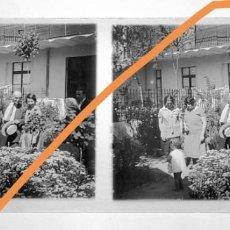 Fotografía antigua: POSITIVO DE FOTOGRAFÍA.CERCANÍAS DE BARCELONA. EN EL JARDÍN. PLACA CRISTAL ESTEREOSCÓPICA. Lote 214372590
