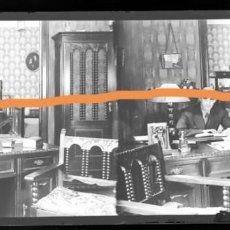 Fotografía antigua: NEGATIVO DE FOTOGRAFÍA.CERCANÍAS DE BARCELONA. EN EL DESPACHO. PLACA CRISTAL ESTEREOSCÓPICA. Lote 214372960