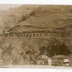Fotografía antigua: FERROCARRIL ATRAVESANDO LA RAMPA DE FIERROS. PAJARES. ASTURIAS. CELESTINO COLLADA. H. 1925. Lote 214623473