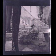 Fotografía antigua: PUERTO. BARCELONA. PESCADORES. REDES. C. 1945. Lote 216571466