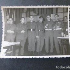 Fotografía antigua: VALLADOLID MILITARES EN CUARTEL EX COMBATIENTE DIVISION AZUL PORTA CRUZ DE HIERRO 7 X 9 CMTS. Lote 217003562