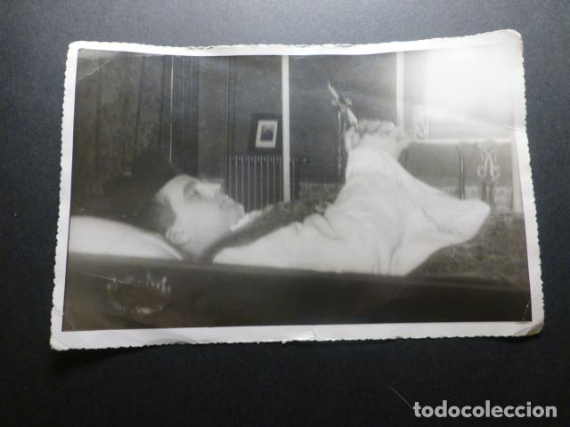 Fotografía antigua: 2 FOTOGRAFIAS POST MORTEM SACERDOTE 1945 DIFUNTO 12 X 17 CMTS - Foto 2 - 217072783