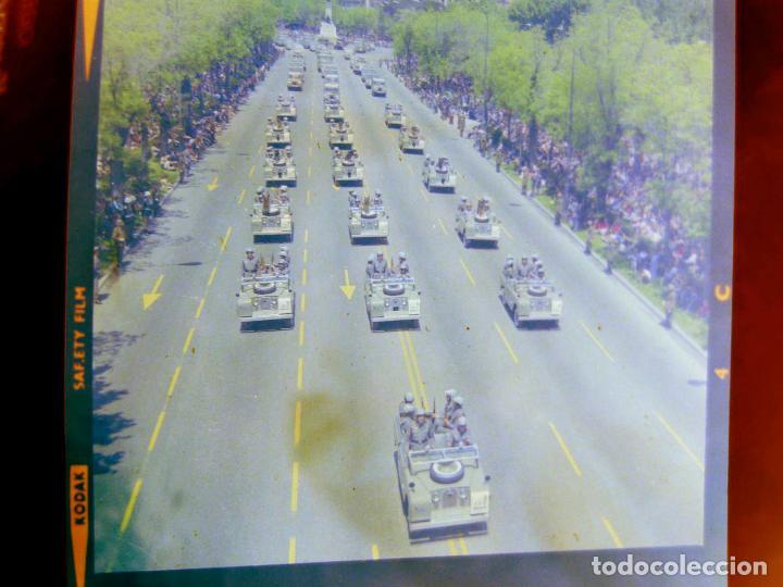 Fotografía antigua: PAREJA DE NEGATIVOS EN COLOR DE LA POLICÍA ARMADA EN EL DESFILE DE LA CASTELLANA - Foto 3 - 221510967