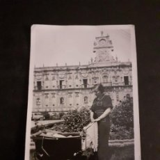 Fotografia antica: LEON MUJER CON COCHECITO ANTE SAN MARCOS ANTIGUA FOTOGRAFIA 6 X 9 CMTS. Lote 221614177