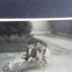 Fotografía antigua: FOTOGRAFÍA DOS NIÑOS JUGANDO CON SU COCHECITO. MADRID 1945. Lote 221666773