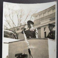 Fotografía antigua: MADRID 1948 FRANCO PARADA MILITAR TAMAÑO 8 X 11.5 CM.. Lote 221671867