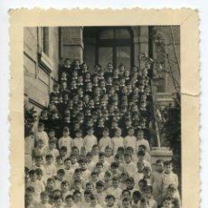 Fotografía antigua: SANTANDER, GRUPO DE NIÑOS Y NIÑAS EN INSTITUCIÓN A IDENTIFICAR. FOTO MAZO, AÑOS 50 O 60, 8,5X11,5 CM. Lote 222035068