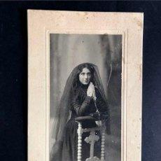 Fotografía antigua: FOTOGRAFÍA / G. FREUDEN - ART STUDIO - ZARAGOZA / SEÑORA CON MANTILLA EN RECLINATORIO. Lote 222151657