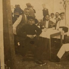 Fotografía antigua: GRUPO DE HOMBRES Y DOS NIÑOS EN UN BAR AL AIRE LIBRE, ESPAÑA, ¿ANDALUCÍA? H. 1920.. Lote 222448487