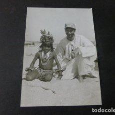 Fotografia antiga: AMERICA DEL SUR NIÑO INDIGENA CON MISIONERO FOTOGRAFIA ANTIGUA 9 X 13 CMTS. Lote 224768687