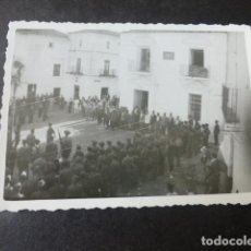 Fotografia antiga: AROCHE HUELVA 2 FOTOGRAFIAS GUERRA CIVIL CONCENTRACION DESFILE VOLUNTARIOS FALANGISTAS PAULINO DIAZ. Lote 224836488