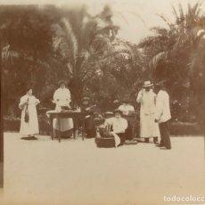 Fotografía antigua: GRUPO EN UN JARDÍN. FOTOGRAFÍA ESPAÑOLA H. 1900-1910. SEÑORAS PESANDO, LEYENDO Y BAÑANDO A UN PERRO.. Lote 222448482