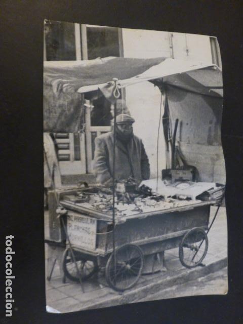 MADRID EL RASTRO VENDEDOR CON CARRO ARREGLO DE PLANCHAS Y HORNILLOS ANTIGUA FOTOGRAFIA 12 X 17 CMTS (Fotografía Antigua - Gelatinobromuro)
